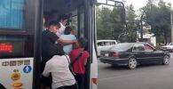 Сегодня, 2 июня, маршруточники в Бишкеке не вышли на линии, объявив забастовку. Водители пассажирских микроавтобусов недовольны тем, что власти так и не повысили тариф на проезд.