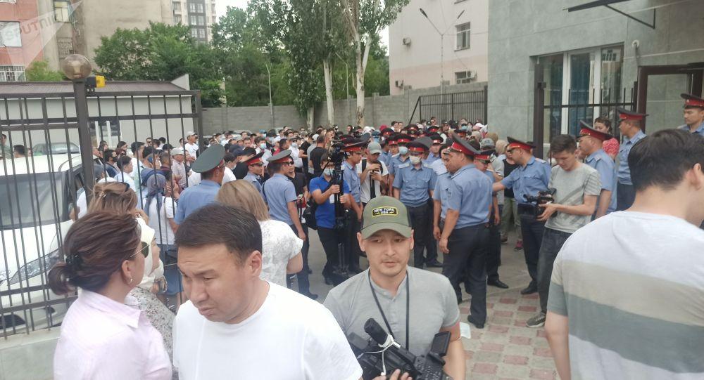 Митинг сторонников Омурбека Бабанова у здания Первомайского районного суда Бишкека
