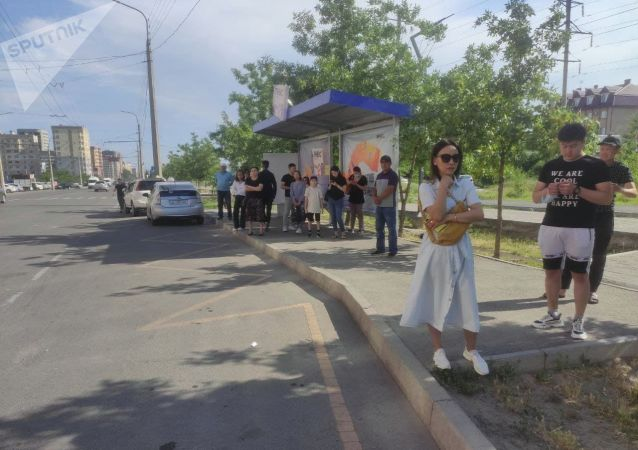 Люди ждут общественный транспорт в одной из остановок Бишкека, после того, как водители маршрутного такси устроили забастовку