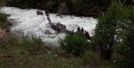 Большегрузная машина марки Renault перевернулась на дороге и упала в реку в ущелье Чычкан
