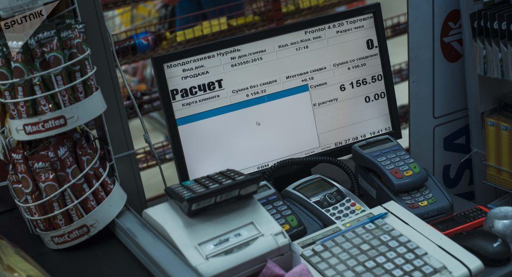 Контрольно-кассовые машины (ККМ) в одном из супермаркетов Бишкека. Архивное фото