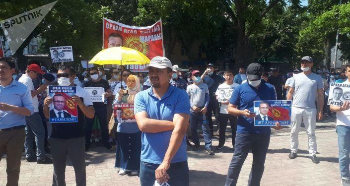 Митинг в поддержку без вести пропавшего главы сети образовательных учреждений Сапат Орхана Инанды у здания Жогорку Кенеша в Бишкеке