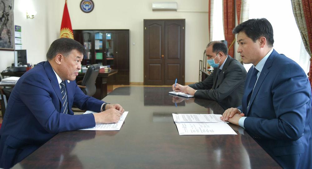 Председатель Кабинета Министров Кыргызстана Улукбек Марипов во время встречи с чрезвычайным и полномочным послом Казахстана в КР Рапилем Жошыбаевым