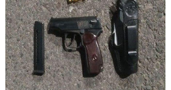 Изъятый у подозреваемого в мошенничестве лжесотрудника ГКНБ, травматический пистолет с патронами.