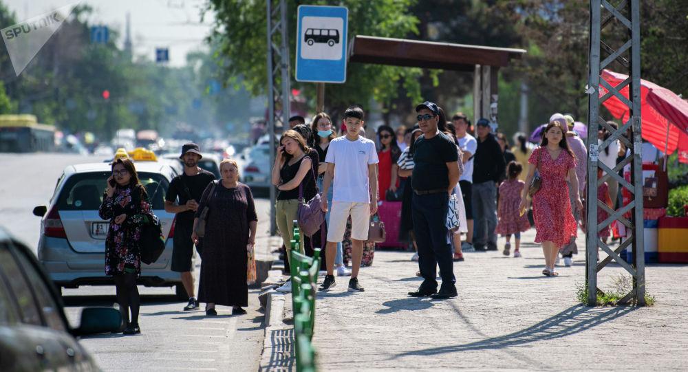 Жители Бишкека на одной из остановок Бишкека