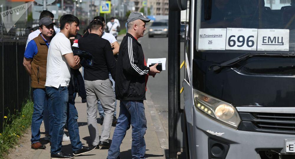 Люди возле миграционного центра Московской области. Архивное фото