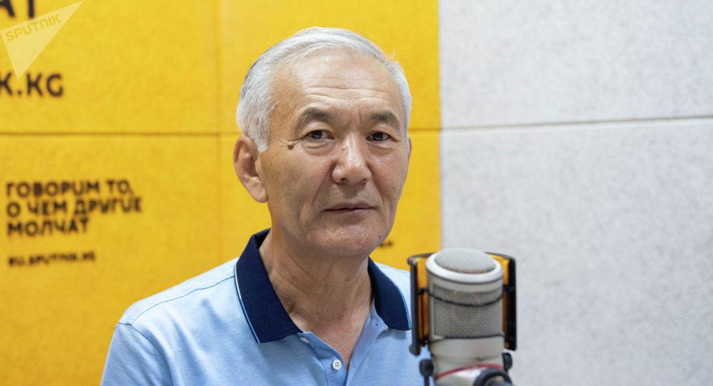Директор федерации органического движения BIO-KG Искендер Айдаралиев во время беседы на радио Sputnik Кыргызстан
