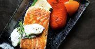 Лосось на гриле с овощами поданный в ресторане. Архивное фото