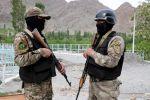 Военнослужащие вооруженных сил Кыргызстана в приграничном с Таджикистаном селе. Архивное фото