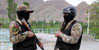 Военнослужащие вооруженных сил Кыргызстана на границе с Таджикистаном