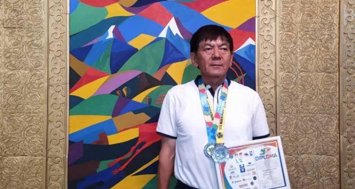 Генерал МВД КР Кемелбек Киязов получил золотую медаль в марафонеRun the Silk Road в Чолпон-Ате среди участников старше 65 лет