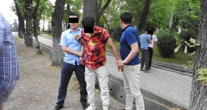 Задержанные граждане А. М. Б. и Б. У. М., прикрывшиеся именем брата президента Сабыра Жапарова для мошенничества в особо крупном размере