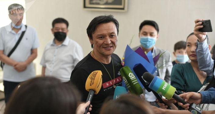 Эдуард Кубатов покоривший Эверест, прилетел в Бишкек
