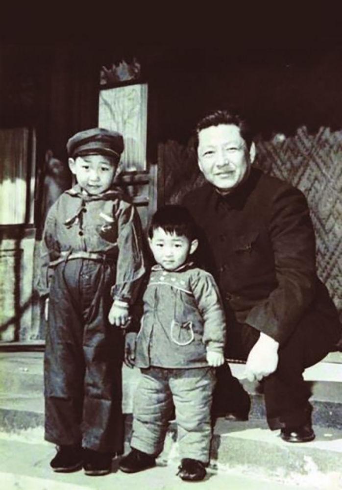 Генеральный секретарь ЦК Компартии Китая Си Цзиньпин с близкими, 1958 год