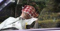 Таксист дремлет в своей машине. Архивное фото