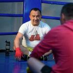 Назаров ЖКда депутат болуп жүргөндө айрым кесиптештерин үч эле мүнөткө рингге чакырганын айтат. Бирок эч ким макул болбоптур