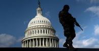 Член национальной гвардии патрулирует территорию Капитолия в Вашингтоне. Архивное фото