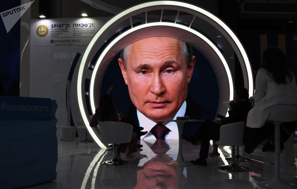 Россияда Петербург эл аралык экономикалык форуму өтүп, ага президент Владимир Путин катышты