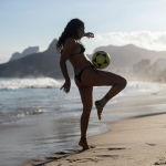 Рио-де-Жанейро шаарындагы пляжда футбол тобу колдонулчу altinha оюнун ойноп жаткан кыз