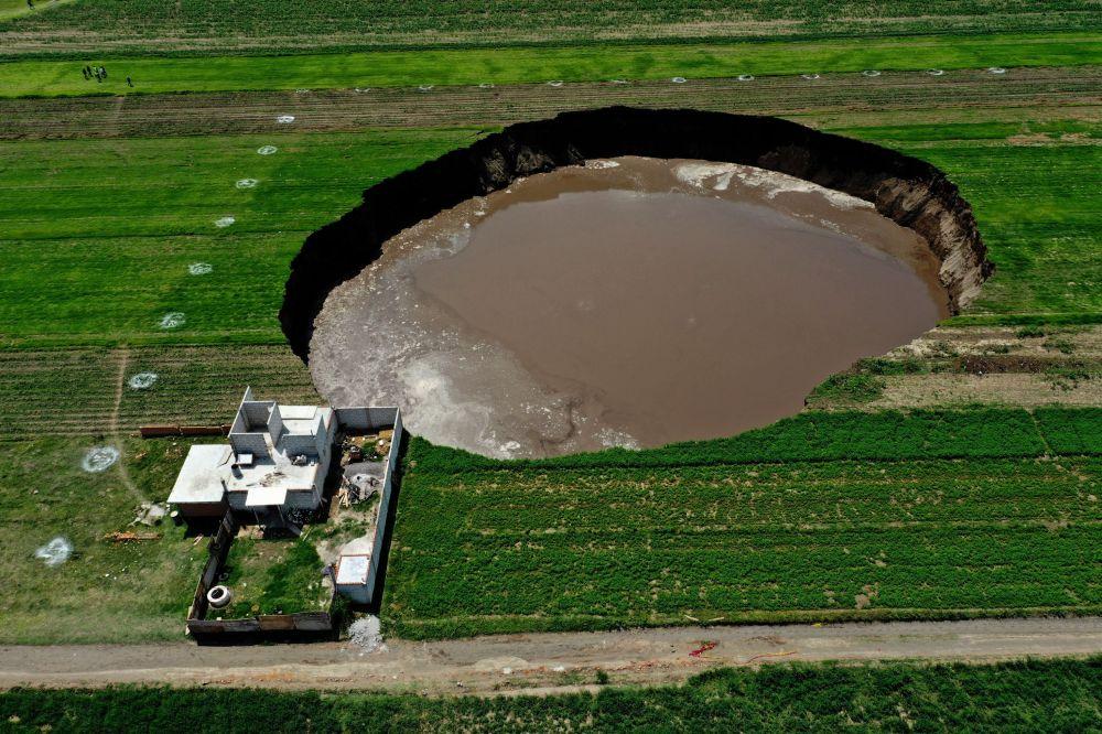 Мексикада фермердин үйүнүн жанында оюлуп калган жер