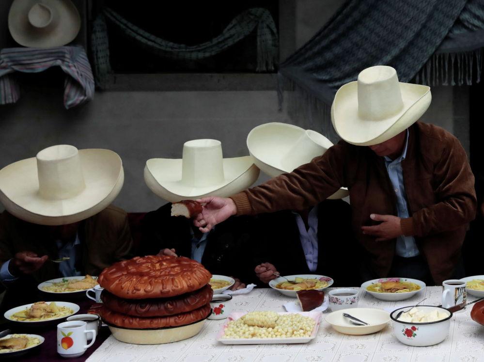 Перунун президенттигине талапкер Педро Кастильо үй-бүлө мүчөлөрү менен эртең мененки тамак учурунда (оң жакта биринчи)