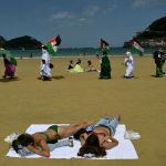 Испаниянын Сан-Себастьяне пляжында нааразычылык акциясына чыккан адамдар