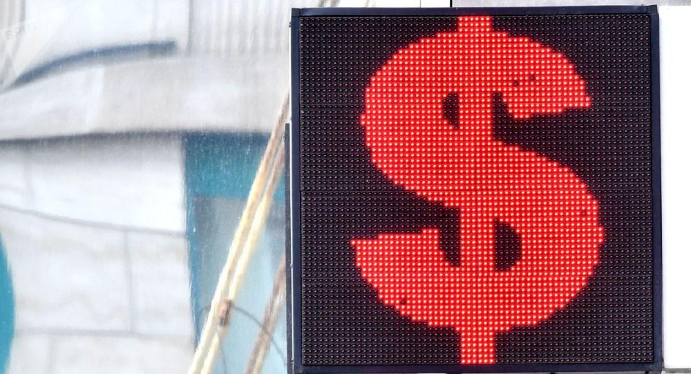 Электронное табло со знаком доллара. Архивное фото