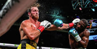 Американский боксер-профессионал Флойд Мейвезер не сумел уложить YouTube-блогера Логана Пола в выставочном бою на арене Hard Rock Stadium в Майами (США).