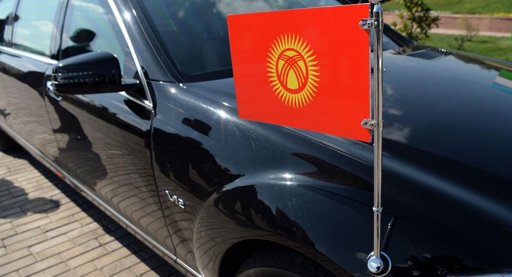 Флаг Кыргызстана на автомобиле кортежа. Архивное фото