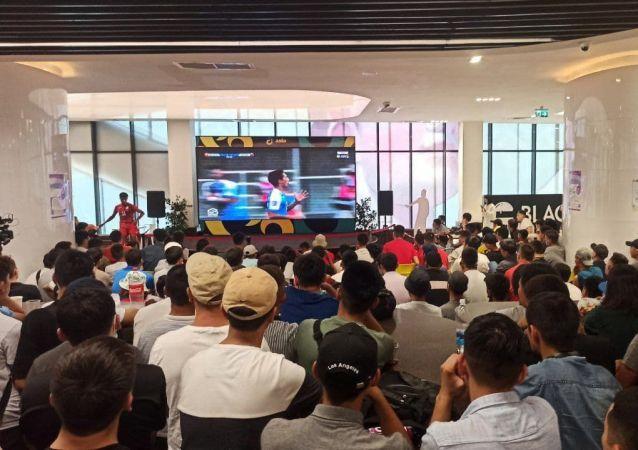 Болельщики смотрят футбольный матч Кыргызстан — Монголия на фанатской зоне в торговом центре Asia Mall
