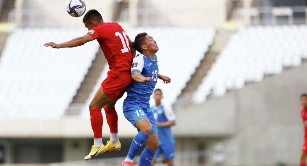 Футболисты сборного Кыргызстана и Монголии во время матча в рамках отборочного тура к Чемпионату мира-2022 в Осаке