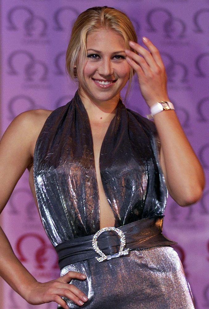 Российская теннисистка Анна Курникова на показе мод Omega Watch в Гонконге. 2 января 2001 года