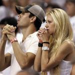 Российская теннисистка Анна Курникова и певец Энрике Иглесиас наблюдают за ходом третьей игры финала НБА между Miami Heat и Dallas Mavericks на American Airlines Arena в Майами. 13 июня 2006 года