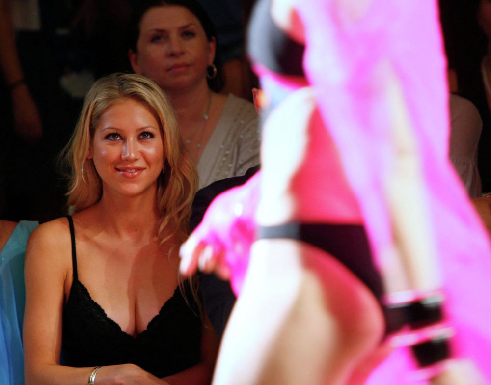 Российская теннисистка Анна Курникова на показе мод коллекции 2009 Red Carter на неделе моды Mercedes-Benz в отеле Raleigh в Майами, Флорида. 19-ого июля 2008 года