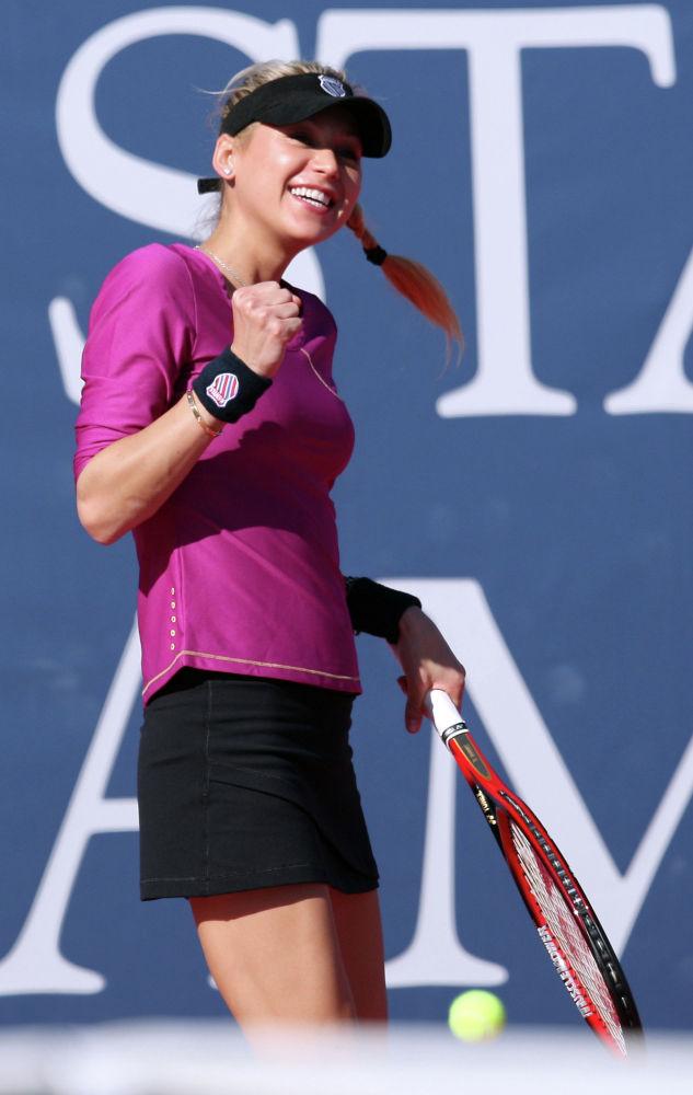 Российская теннисистка Анна Курникова участвует в показательном матче на чемпионате Стэнфорда, проходившем в Южном методистском университете в Далласе. 25 октября 2008 года