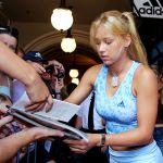 Российская теннисистка Анна Курникова раздает автографы болельщикам после открытия нового магазина в Сиднее. 4 января 2003 года