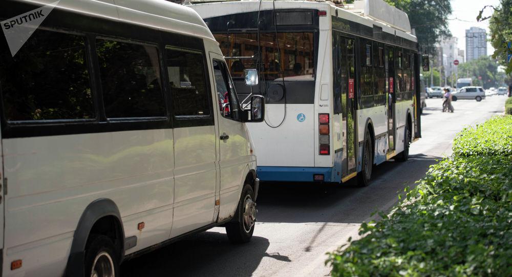 Троллейбус и маршрутное такси стоят на светофоре на улице Киевской в Бишкеке