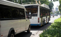 Троллейбус и маршрутка на одной из улиц Бишкека. Архивное фото