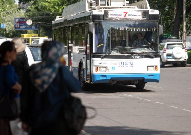 Троллейбус едет по улице Киевской в Бишкеке