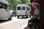 Женщина в ожидании общественного транспорта на улице Киевской в Бишкеке