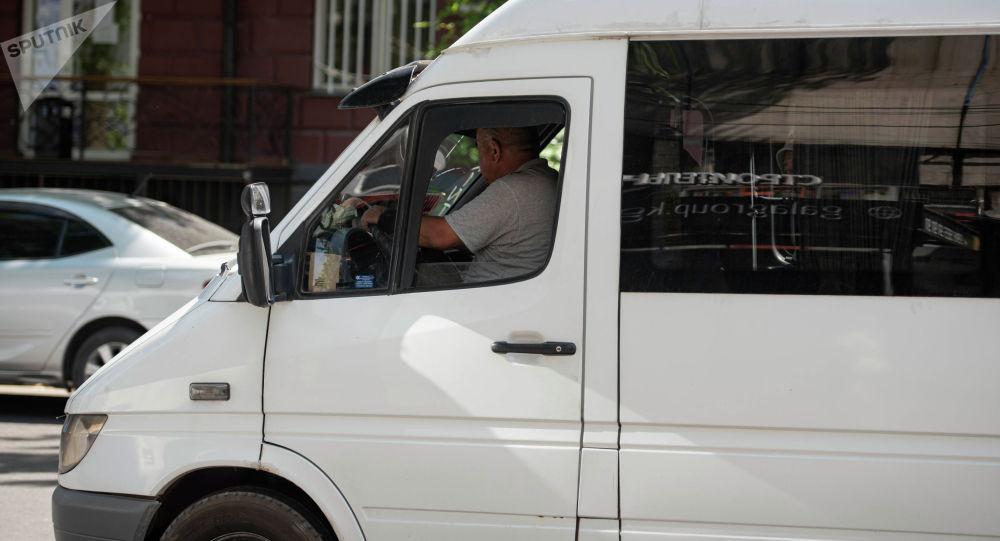 Водитель маршрутного такси едет по улице Киевской в Бишкеке. Архивное фото