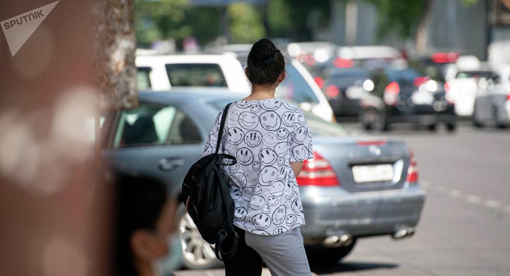 Девушка стоит спиной. Архивное фото