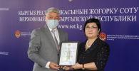 Председатель Чуйского областного суда Дамир Онолбеков (слева)