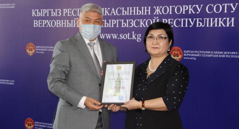 Чүй облустук соттун төрагасы Дамирбек Оңолбеков (сол жакта). Архив
