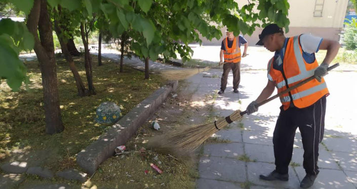 Сотрудники МП Тазалык приводят в порядок сквер возле Дома Торговли. 08 июня 2021 года