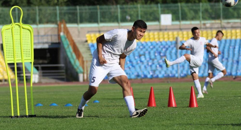 Защитник сборной Кыргызстана по футболу Айзар Акматов во время тренировки