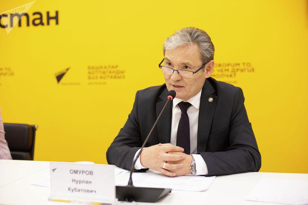 Заместитель министра образования и науки Нурлан Омуров на брифинге в мультимедийном пресс-центре Sputnik Кыргызстан