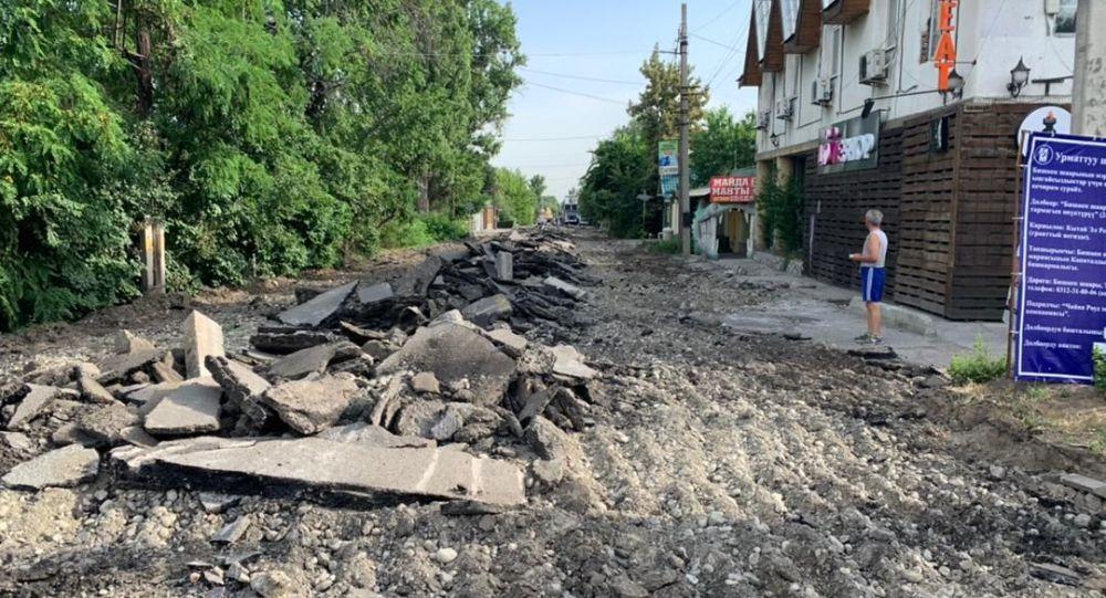 Закрытая на капитальный ремонт отрезок улицы Жукеева-Пудовкина в Бишкеке