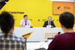 Замминистра образования и науки Нурлан Омуров и ректор КГТУ Мирлан Чыныбаев на брифинге в пресс-центре Sputnik Кыргызстан