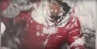 Эльбрус чокусунан түшүп келе жаткан эки альпинист багытынан адашып, алардын бири мөңгүдөгү жаракага түшүп кеткен. Окуя 5000 метрге чукул бийиктикте болгон.